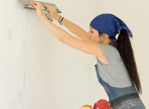 Шпаклевать стены по силам даже женщинам