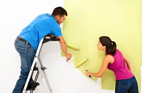 Красить флизелиновые обои можно и вдвоем