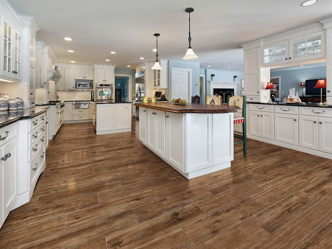 Плитка под ламинат в интерьере кухни