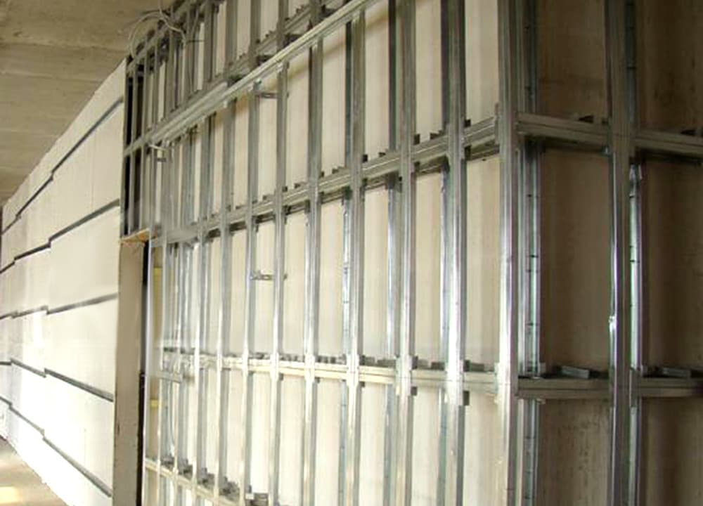 Металлический каркас из профиля для обшивки стен