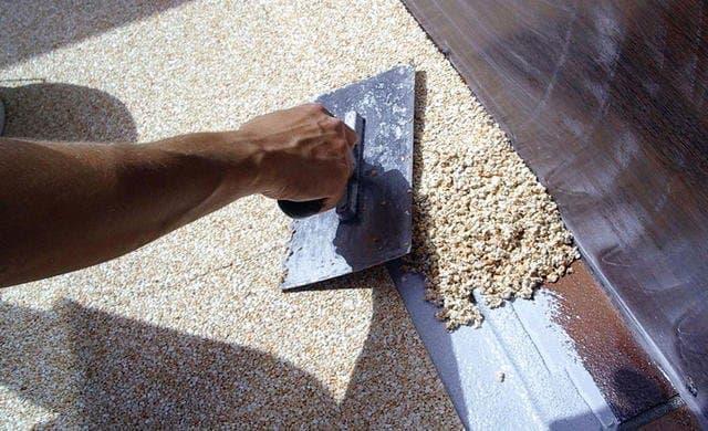 Нанесение мраморной крошки на фасад